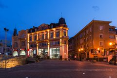 Nattfoto av den Knyaz Alexander I gatan i stad av Plovdiv, Bulgarien royaltyfria foton