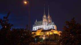 Nattfoto av domkyrkan av St Peter och Paul, Brno Royaltyfri Fotografi