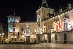 Nattfoto av Plaza de la Villa i stad av Madrid, Spanien royaltyfria bilder