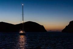 Nattfoto av segelbåten på ankaret Royaltyfria Bilder