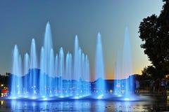 Nattfoto av sjungande springbrunnar i stad av Plovdiv Arkivbild