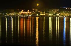Nattfotografi av Chalkida Euboea Grekland Royaltyfria Bilder