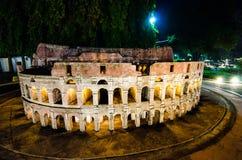 Nattfotografi av Colosseumen på miniatyren parkerar är ett öppet utrymme som visar miniatyrbyggnader och modeller arkivbilder