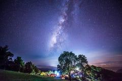 Nattfotografi av den mjölkaktiga vägen i den Sri Nan nationalparken, Thailand Royaltyfri Foto