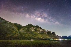 Nattfotografi av den mjölkaktiga vägen och berget, Thailand Royaltyfri Bild
