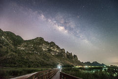 Nattfotografi av den mjölkaktiga vägen och berget, Thailand Royaltyfri Fotografi