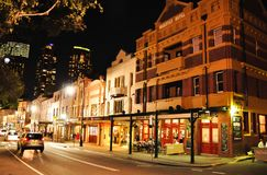 Nattfotografi av Rocks är en stads- lokalitet, en turist- polisdistrikt och ett historiskt område av mitten för staden för Sydney royaltyfri foto