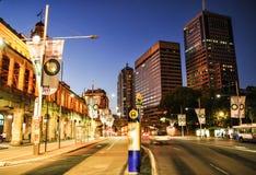 Nattfotografi av Sydney cityscape på den centrala järnvägsstationen, på Eddy Ave royaltyfri bild