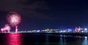 Nattfyrverkeriexplosion på sjösida Rimini Notte Rosa Arkivbilder