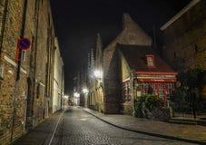Nattgata av Bruges, Belgien royaltyfri bild