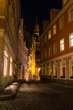 Nattgata i Riga under de ljusa ljusen i hösten Arkivbilder