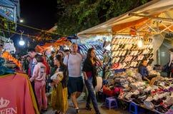 Nattgatamarknaden i Hanoi den gamla fjärdedelen, folk kan sedd undersökning runt om den Royaltyfria Bilder