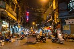 Nattgatamarknaden i Hanoi den gamla fjärdedelen, folk kan sedd undersökning runt om den Arkivfoton