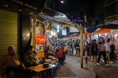 Nattgatamarknaden i Hanoi den gamla fjärdedelen, folk kan sedd undersökning runt om den Arkivbild