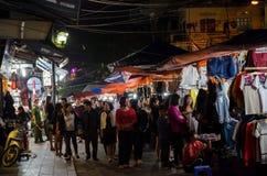 Nattgatamarknaden i Hanoi den gamla fjärdedelen, folk kan sedd undersökning runt om den Royaltyfri Bild