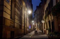 Nattgatan Strasbourg tände det hemtrevliga kafét för streetlights i en gränd Royaltyfri Fotografi