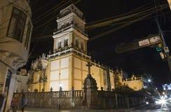Nattgatasikt av Sucre med den storstads- domkyrkan Arkivfoton