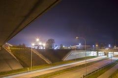 Nattgatasikt med spårämnar i den Daugavpils staden Royaltyfri Foto