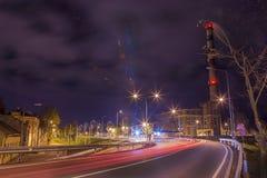 Nattgatasikt med spårämnar i den Daugavpils staden Arkivbild