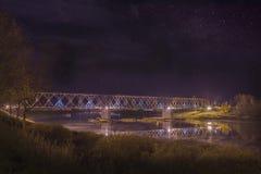 Nattgatasikt med spårämnar i den Daugavpils staden Arkivbilder