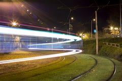 Nattgatasikt med spårämnar i den Daugavpils staden Royaltyfri Fotografi