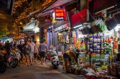 Nattgatasikten i Hanoi den gamla fjärdedelen, folk kan sedd undersökning runt om den Royaltyfria Bilder