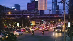 Nattgatatrafik i Bangkok nära MBK-mitt arkivfilmer