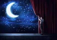 Natthimmel bak gardinen arkivfoton