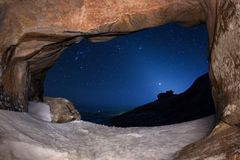 Natthimmel i ökenberg fotografering för bildbyråer