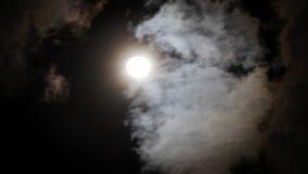 Natthimmel med den glänsande fullmånen bak att flytta dramatiska moln Tid schackningsperiod arkivfilmer