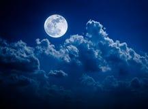 Natthimmel med den ljusa fullmånen och molnigt, serenitetnaturbaksida fotografering för bildbyråer