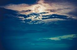 Natthimmel med den ljusa fullmånen, serenitetnaturbakgrund Cro Arkivfoto