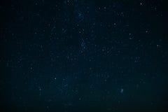 Natthimmel med stjärnor och konstellationer Arkivfoto