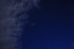 Natthimmel med stjärnor och moln Arkivfoton