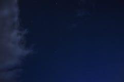 Natthimmel med stjärnor och moln Royaltyfri Fotografi