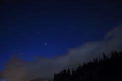 Natthimmel med stjärnor och moln Arkivbilder