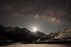 Natthimmel och stjärnor som förbigår bak berget Taboche, Cholatse Arkivbild