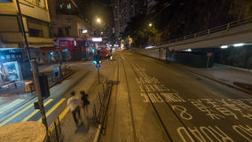 NattHong Kong gata, sikt från dubbeldäckarespårvagnen Arkivbild