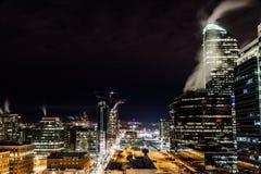 Natthorisont av Calgary som är i stadens centrum på natten i vinter royaltyfria bilder