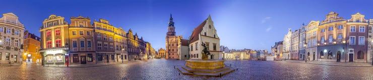 Natthorisont av Poznan den gamla marknadsfyrkanten i västra Polen Arkivfoto