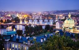 Natthorisont av Prague Royaltyfri Fotografi