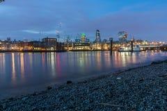 Natthorisont av staden av London och Thames River, England Royaltyfria Bilder