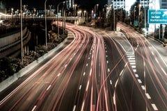 Natthuvudväg i staden av den Tel Aviv genomskärningen Hahalacha Arkivbild