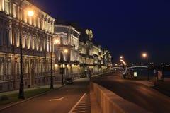 Nattinvallning av floden Neva i St Petersburg Arkivfoto