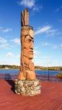 Nattive Amerikaans die standbeeld van hout wordt gesneden Stock Fotografie