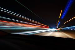 Nattkörning Långt exponeringsfoto Tänder den färgrika natten för staden perspektivet som är suddigt vid den hög hastigheten av bi Royaltyfria Bilder