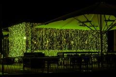 Nattkafé med elegant belysning fotografering för bildbyråer