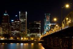Nattkaj Portland och bron över floden Willamette Arkivfoton