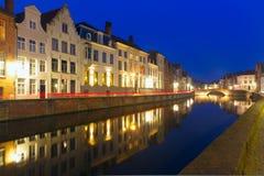 Nattkanal Spiegel i Bruges, Belgien Arkivfoto