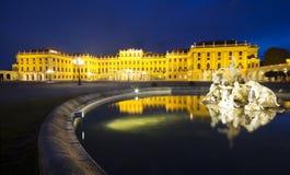 Nattlampor, springbrunnar och Schonbrunnen rockerar Royaltyfri Foto